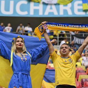 """""""Червона рута"""" в Бухаресті: українські фанати влаштували фантастичну підтримку збірній перед матчем Євро-2020 (відео)"""