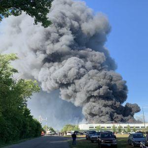 Масштабна пожежа у США: над хімічним заводом підіймається величезний стовп диму, влада оголосила евакуацію