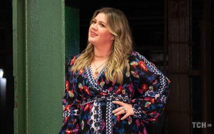 Надела платье с цветочным принтом: Келли Кларксон снимает новый клип в Нью-Йорке