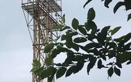 Хотел прыгнуть с башни на стадионе: 20-летний парень из Львовской области пытался совершить самоубийство (фото)