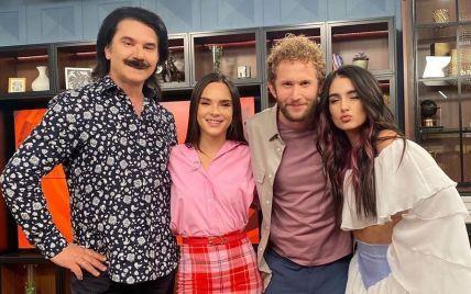 Звездный дуэт в эфире утреннего шоу: Зибров в рубашке с принтом, Тринчер в мини-юбке с рюшами