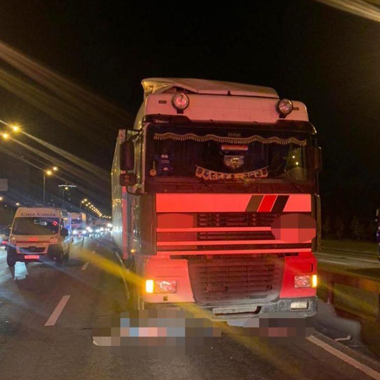 Перебегали дорогу в запрещенном месте: в Киеве грузовик насмерть сбил мужчину и женщину (фото)