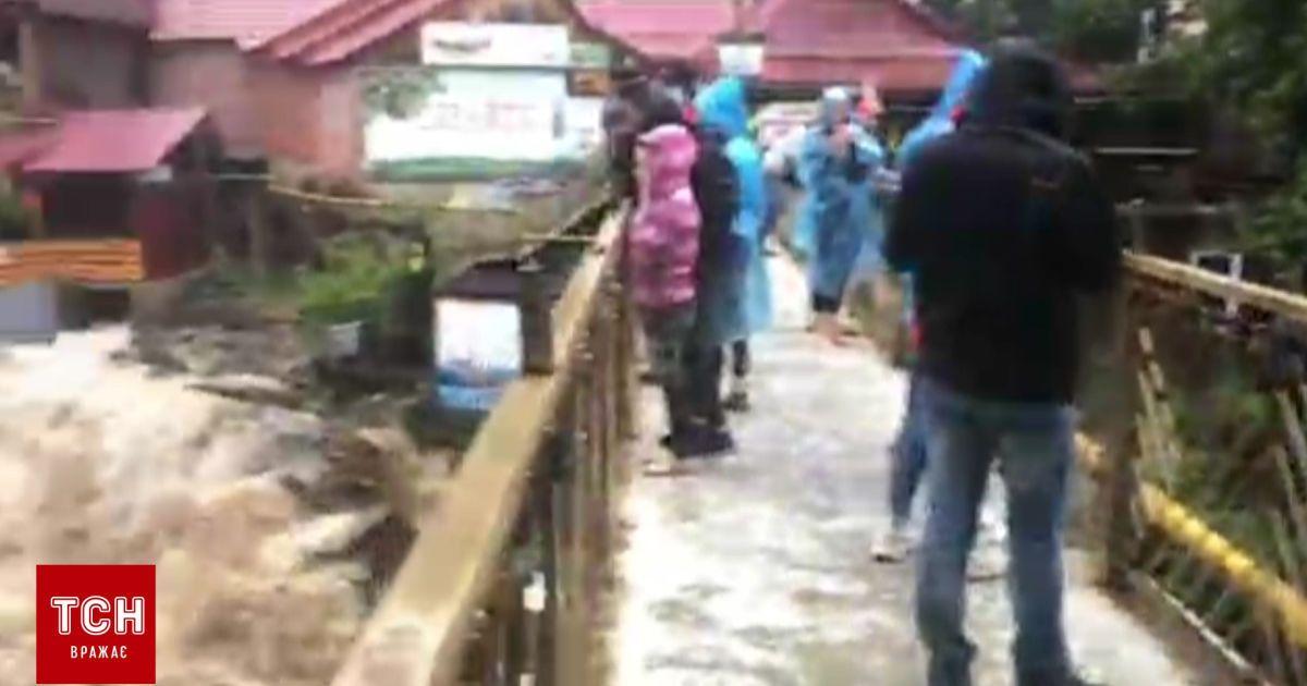 В Карпатах сильные ливни превратили горные реки на стремительные потоки, которые размывают дороги