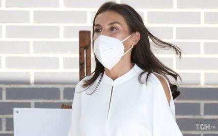 В белой блузке и брюках с пуговицами: элегантная королева Летиция приехала в школу