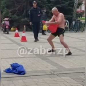Имитировал половой акт с дорожным конусом и бегал по кругу: мужчина устроил перформанс возле супермаркета под Запорожьем (видео)