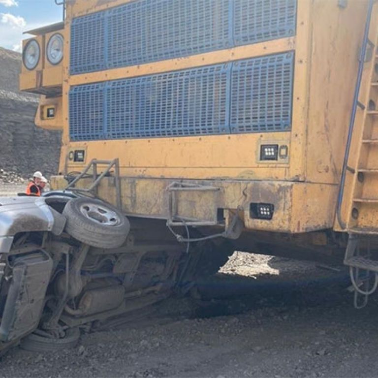 """Вот это """"благодарность"""": в Казахстане БелАЗ раздавил внедорожник Suzuki, который приехал его ремонтировать"""