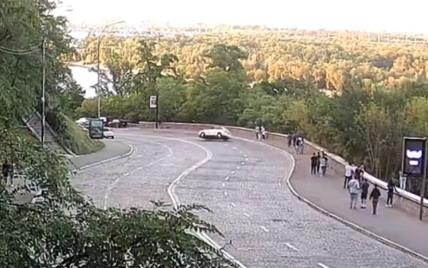 З'явилося відео ДТП з перекиданням на Володимирському узвозі