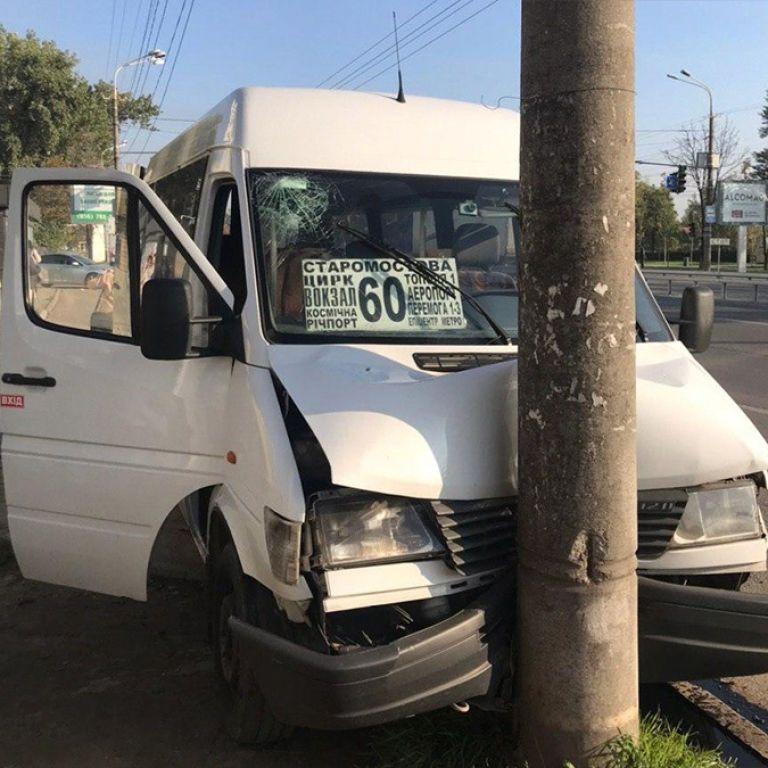 У Дніпрі водієві маршрутки стало зле за кермом: мікроавтобус влетів у стовп