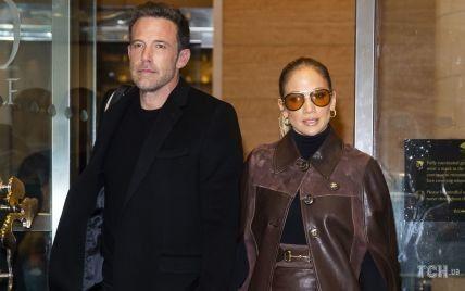 В кожаном аутфите и за руку с любимым: Джей Ло и Бен Аффлек прогулялись по Манхэттену