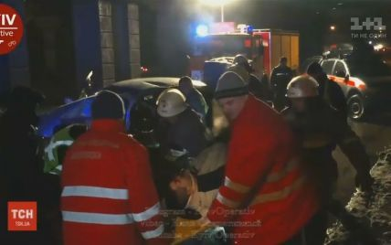 У Києві рятують водія, який дивом вижив після зіткнення з бетонною опорою