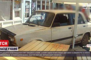 Новости Украины: в Сумах автомобиль въехал в летнюю площадку кафе