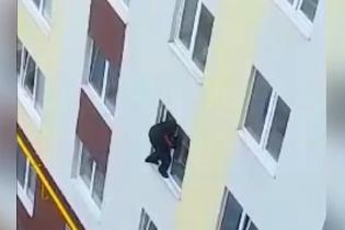 Неудачный день: на Волыни вор выпал с 4 этажа и попался полиции, когда хотел украсть мусорный бак