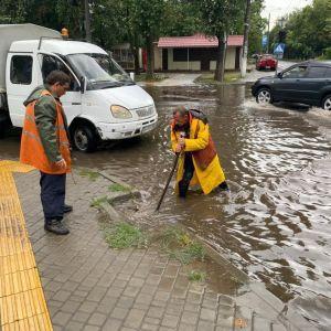 Страшные последствия ливня в Одессе: людей и машины сносило потоком, затоплены дома и уничтожен пляж