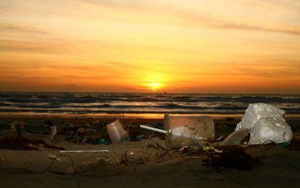 """Закопують сміття в пісок просто на пляжі: туристи показали реалії """"відпочинку"""" в Одесі (відео)"""