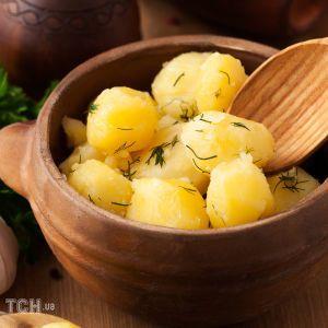 Молодой картофель в сметанном соусе с зеленью и чесноком