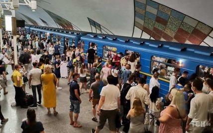 У метро Києва дикторка закашлялась та закликала пасажирів ходити до лікаря: відео