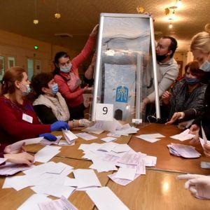 Довибори до ВР на Прикарпатті: суд визнав перерахунок голосів на двох дільницях незаконним