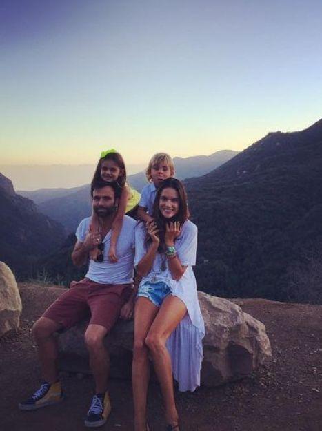 Алессандра Амбросио с семьей / © Instagram