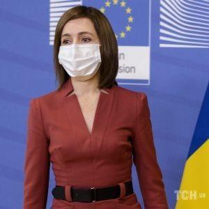 Яка красива: президентка Молдови теракотовою сукнею підкреслила струнку фігуру