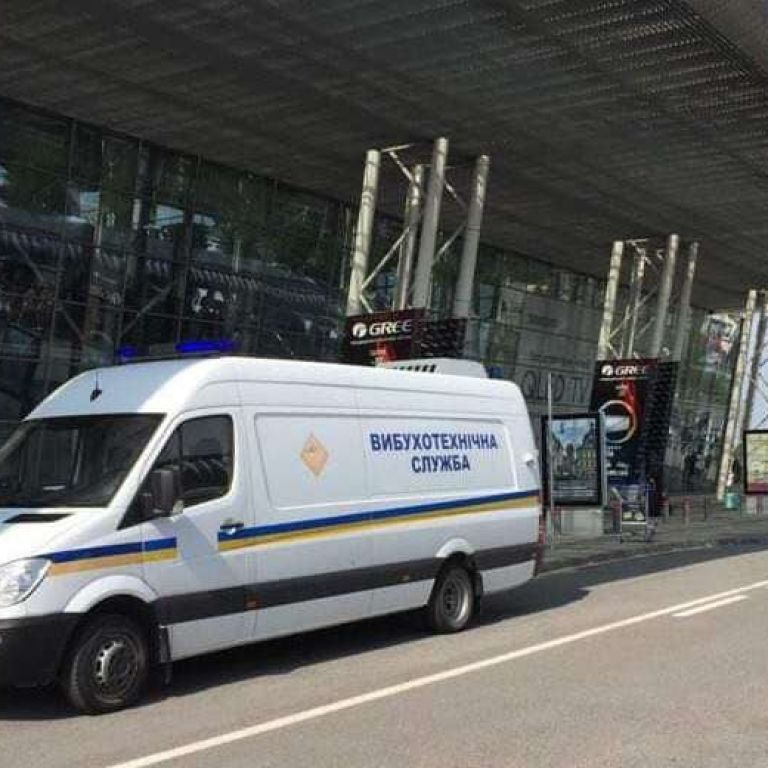 В аеропорту Львова шукають вибухівку: евакуювали працівників і пасажирів