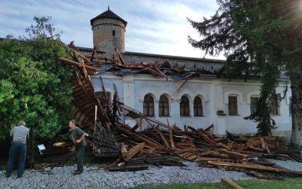 Негода у Кам'янці-Подільському: буревій повалив дерева та понівечів дах вежі музею