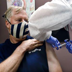 Друга за тиждень: у США схвалили вакцину Moderna проти COVID-19