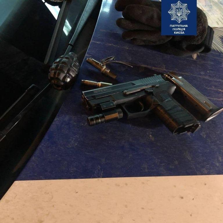 Розгулював вночі зі зброєю: у Києві на Осокорках затримали чоловіка з пістолетом, гранатою та запалом