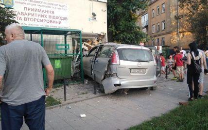 Протаранил здание и покалечил двух людей: во Львове водитель иномарки совершил аварию