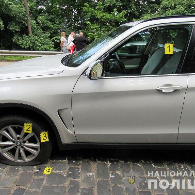 Намагався розбити лобове скло, а потім пробив колесо ножом: у Києві між водіями стався конфлікт