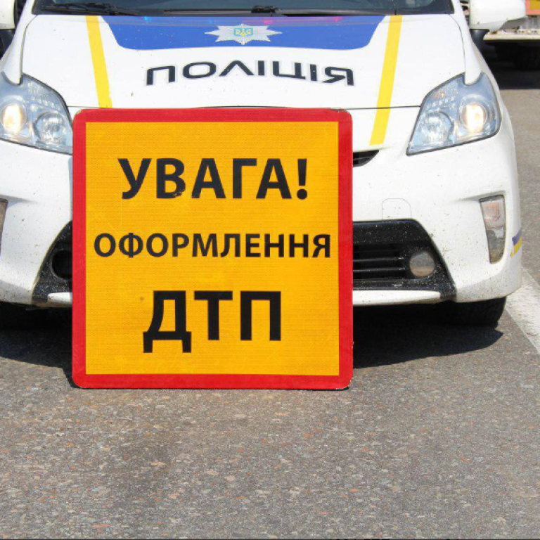 В Киеве водитель Peugeot сбил на перекрестке мотоциклиста: появилось видео