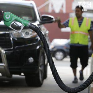 Ціна на нафту і курс долара: як це вплине на вартість бензину і газу в Україні