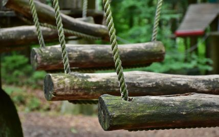 Перестібала карабін і втратила рівновагу: на Львівщині жінка зірваласяз мотузкової траси