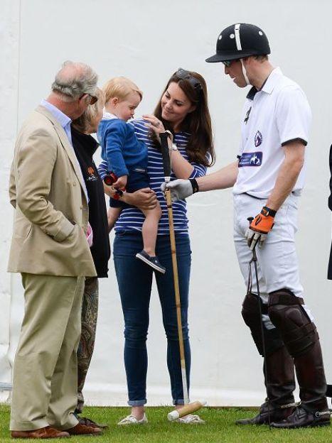 Принц Чарльз, герцогиня Кэмбриджская и принц Уильям с сыном принцем Георгом / © Getty Images