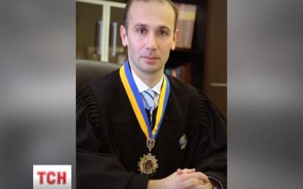 В елітному районі Києва вибухнув скандал із суддею, який ховається від власниці пентхаусу