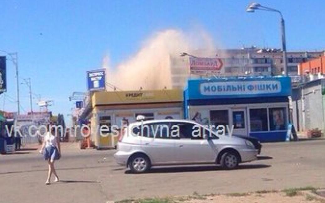 Из поврежденной трубы начал бить фонтан, который достигал 25 метров высотой / © vk.com/troyeshchyna_array