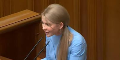В небесно-голубом наряде со стрелками на рукавах: похудевшая Юлия Тимошенко в Верховной Раде