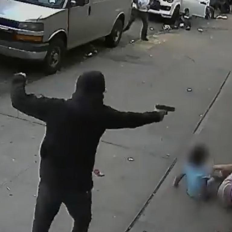 Чоловік збив зніг двох дітей, захищаючись віднападника: відеострілянини у Нью-Йорку