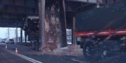 У Києві самоскид повис на шляхопроводі: фото, відео