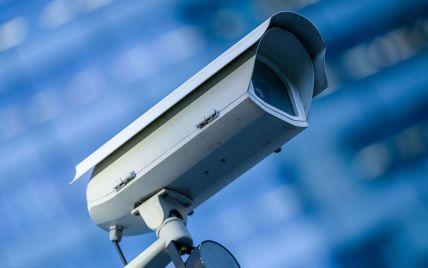 """У Харкові мешканка багатоповерхівки бореться з """"агентами ФСБ"""" за допомогою молотка: відео"""