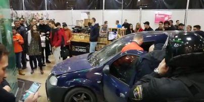 У Харкові авто влетіло всередину торговельного центру, розбивши вхідні двері