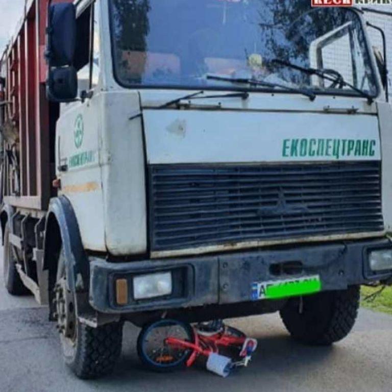 У Дніпропетровській області сміттєвоз збив 6-річну дівчинку, котра каталась на велосипеді: дитина у важкому стані