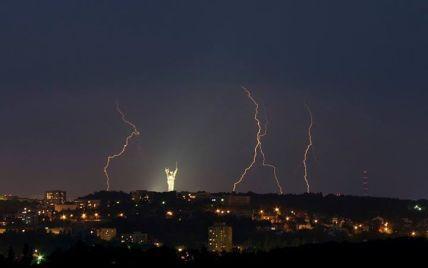 Сеть взорвали впечатляющие фото молний над ночным Киевом