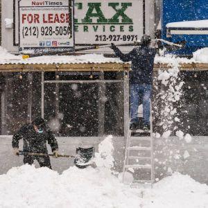 Сильна хурделиця накрила США: у Нью-Йорку намело пів метра снігу