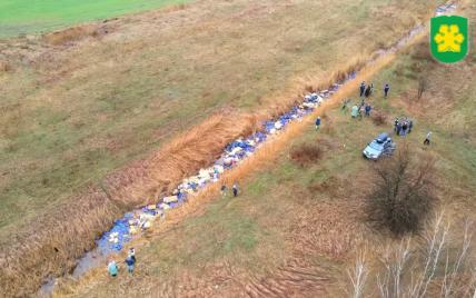 Канистры, строительный мусор и бытовые отходы: под Киевом спасают реку Кизку (видео)