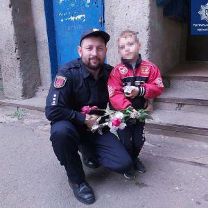 Пішов по квіти мамі і загубився: в Одесі патрульні повернули додому п'ятирічного малюка