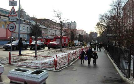 У центрі Києва в гімназії сталося задимлення, дітей евакуювали