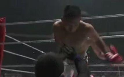 Японський боєць викинув на співвітчизника шквал ударів: суперник спробував втекти з рингу під час бою (відео)