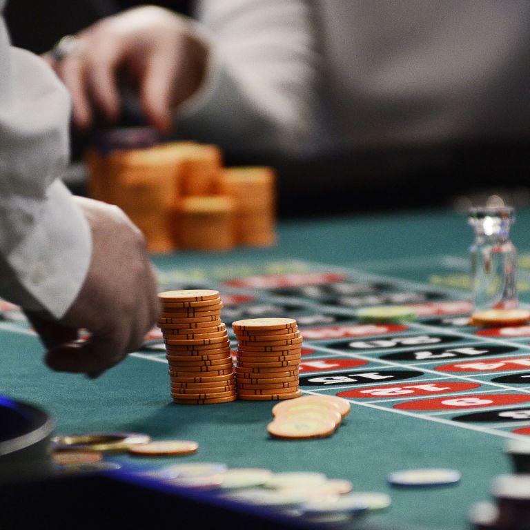 Офицер морской охраны, которого разыскивают уже больше недели, проиграл крупную сумму в казино