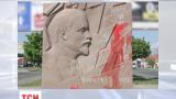 В Николаеве повалили барельеф Ленина