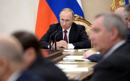 США готовят новые санкции против близкого окружения Путина — Bloomberg
